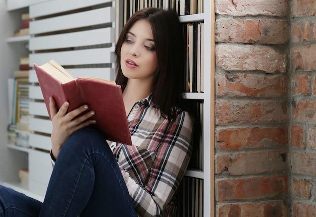 Schöne frau beim lesen