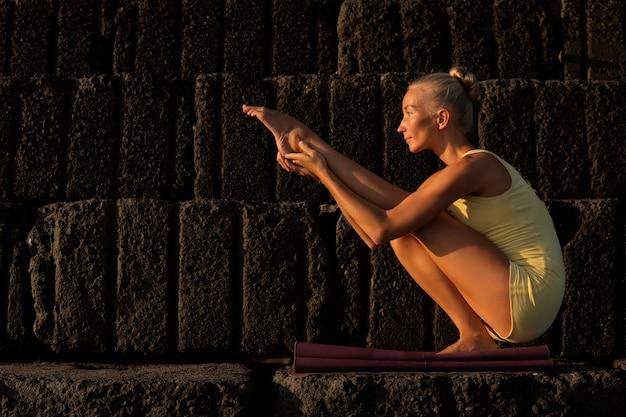 Schöne frau beim yoga