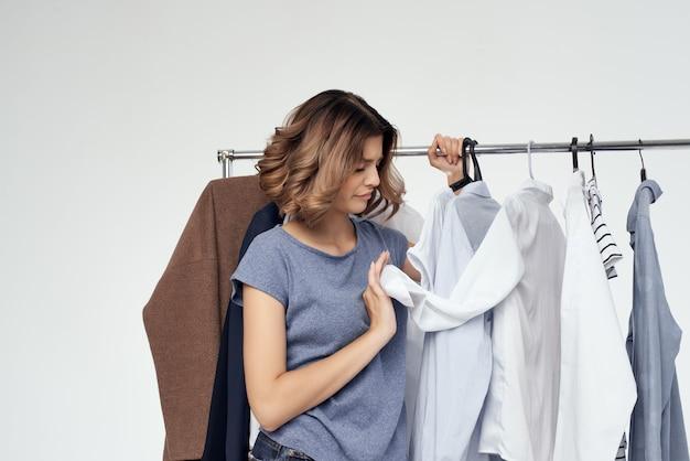 Schöne frau bekleidungsgeschäft käufer verkauf isolierten hintergrund. foto in hoher qualität