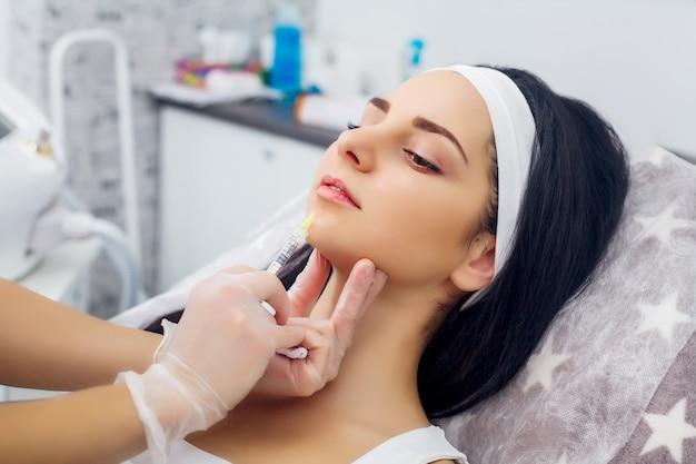Schöne frau bekommt injektionen, kosmetologie