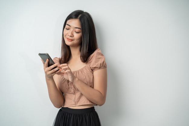 Schöne frau benutzt ein smartphone-gerät und berührt den bildschirm
