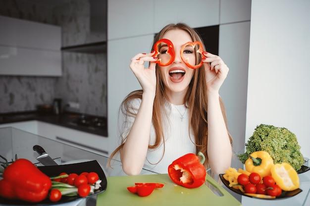 Schöne frau bereiten lebensmittel in einer küche zu