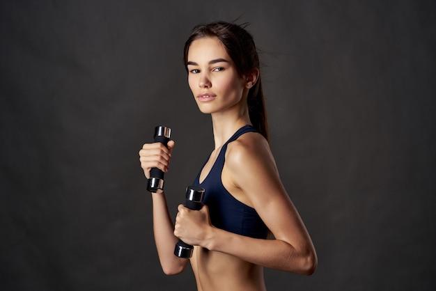 Schöne frau boxtraining übungen fitness posiert isolierten hintergrund