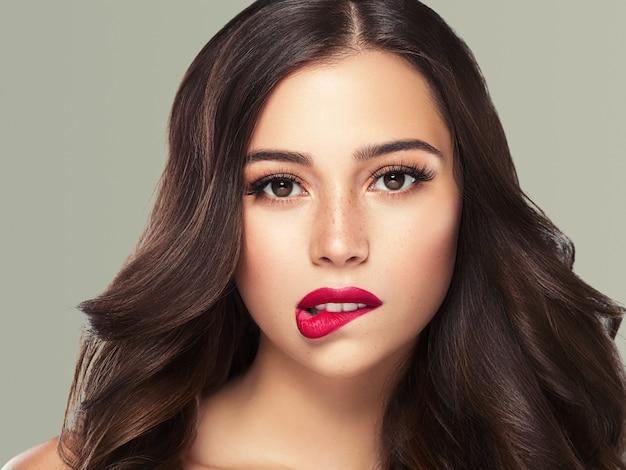 Schöne frau brünette haare schönheit nahaufnahme makro gesunde haut