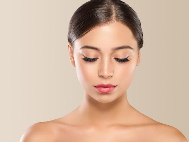 Schöne frau brünette haare schönheit nahaufnahme wimpern makro gesunde haut
