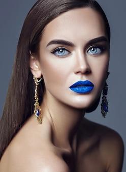 Schöne frau dame mit blauen lippen und schmuck