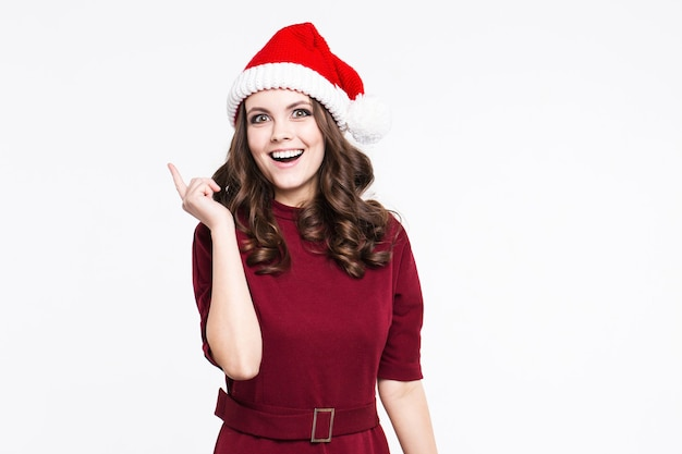 Schöne frau daumen hoch in weihnachten weihnachtsmann roten hut