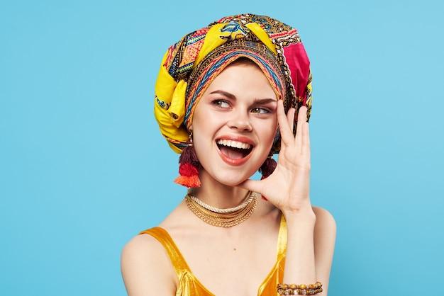 Schöne frau dekoration mehrfarbige turban blau hintergrund ethnizität.