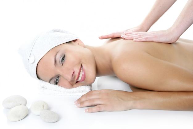 Schöne frau der blauen augen des badekurortes, die massage hat
