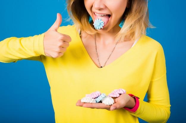 Schöne frau des emotionalen glücklichen hipsters in der gelben bluse auf blau