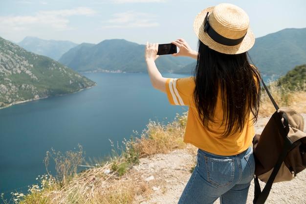 Schöne frau, die allein in montenegro reist
