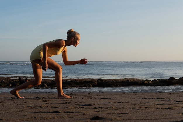 Schöne frau, die am strand joggt. bali