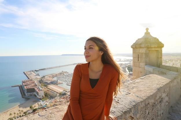 Schöne frau, die ansicht in alicante, spanien genießt