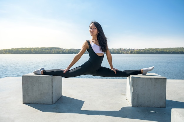 Schöne frau, die auf einem aktiven sommertag sport aktiven lebensstilkonzept aufteilt