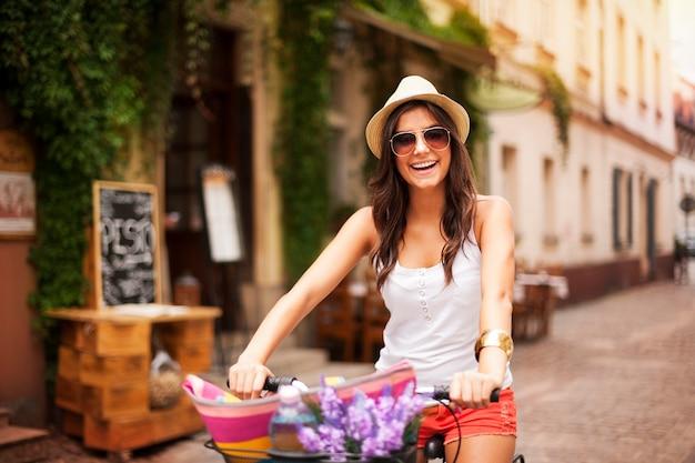 Schöne frau, die auf fahrrad fährt