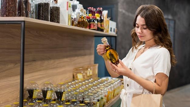 Schöne frau, die bio-produkte einkauft
