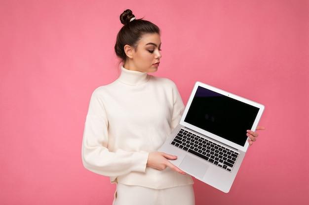 Schöne frau, die computer-laptop hält