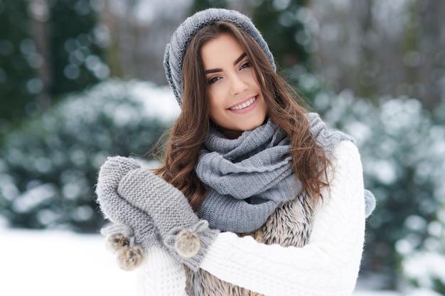 Schöne frau, die den winter genießt