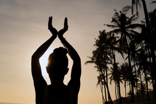 Schöne frau, die draußen meditiert