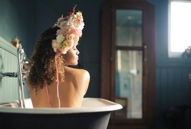 Schöne frau, die ein bad genießt