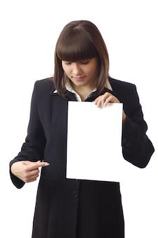 Schöne frau, die ein blatt papier hält