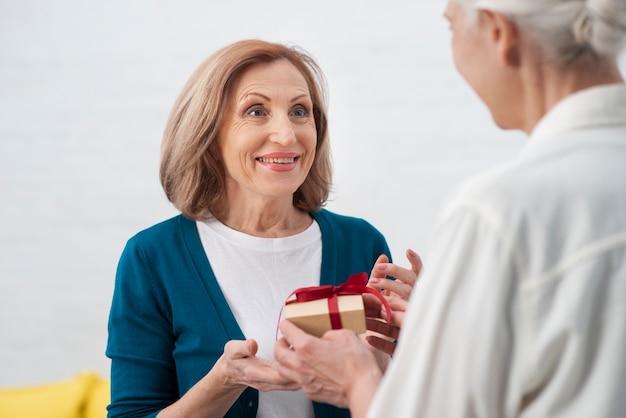 Schöne frau, die ein geschenk empfängt