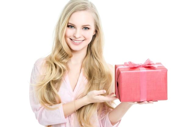 Schöne frau, die ein geschenk lokalisiert auf weiß hält. konzeptfestival, verkaufsgeschenke.