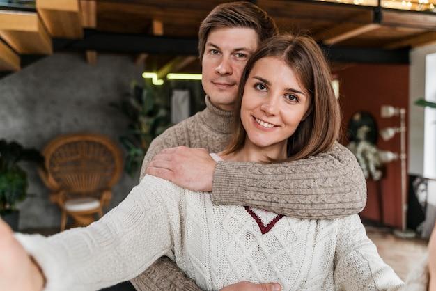 Schöne frau, die ein selfie mit ihrem ehemann nimmt