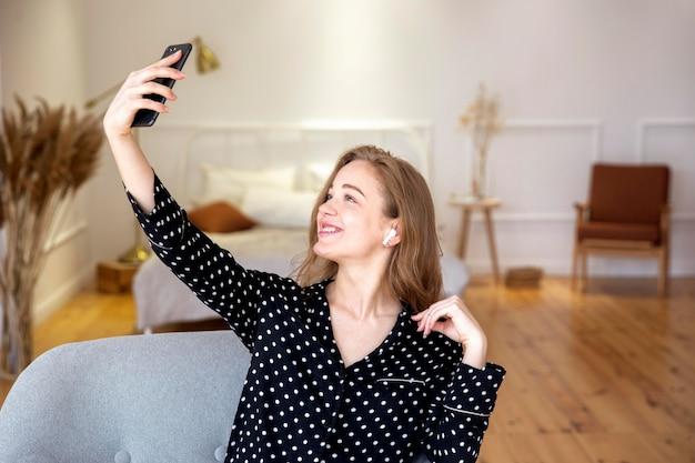 Schöne frau, die ein selfie nimmt