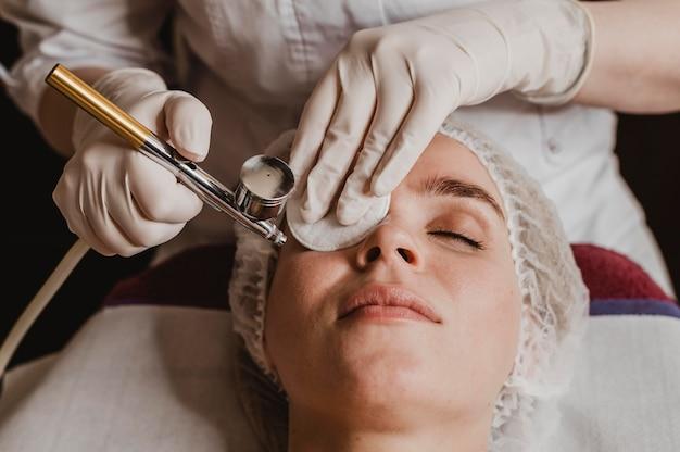 Schöne frau, die eine kosmetische behandlung am spa erhält
