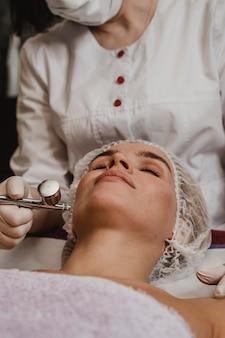 Schöne frau, die eine kosmetische behandlung erhält