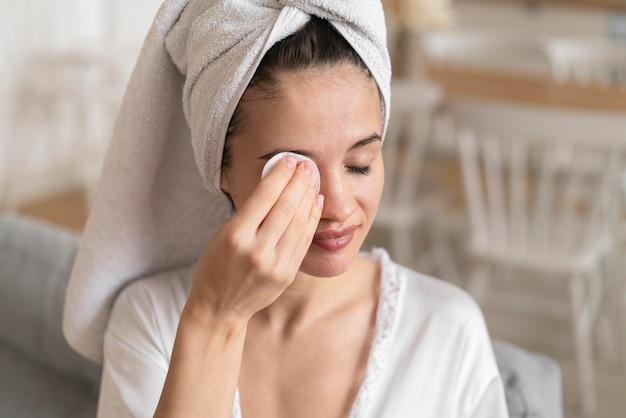 Schöne frau, die eine selbstpflegebehandlung tut