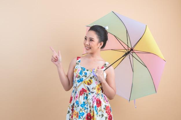 Schöne frau, die einen regenschirm anhält