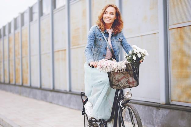 Schöne frau, die fahrrad fährt