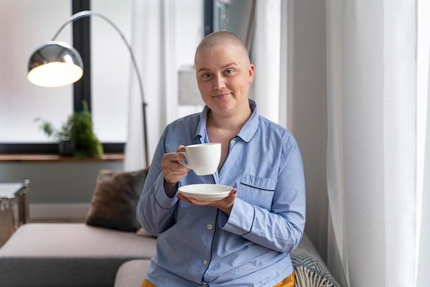 Schöne frau, die gegen brustkrebs kämpft