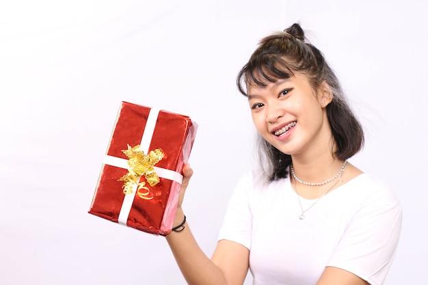 Schöne frau, die geschenke lokalisierten weißen hintergrund gibt