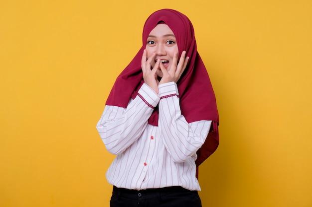 Schöne frau, die hijab-schreckensgeste trägt