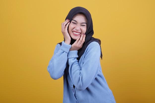 Schöne frau, die hijab trägt, das schrecken zeigt und augenausdruck schließt