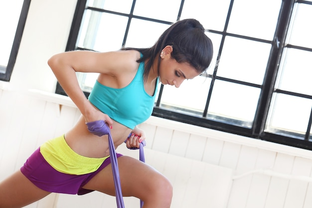 Schöne frau, die im fitnessstudio arbeitet