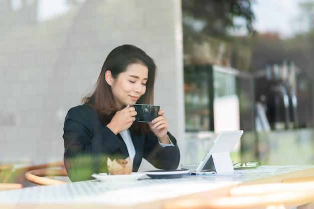 Schöne frau, die im kaffee arbeitet