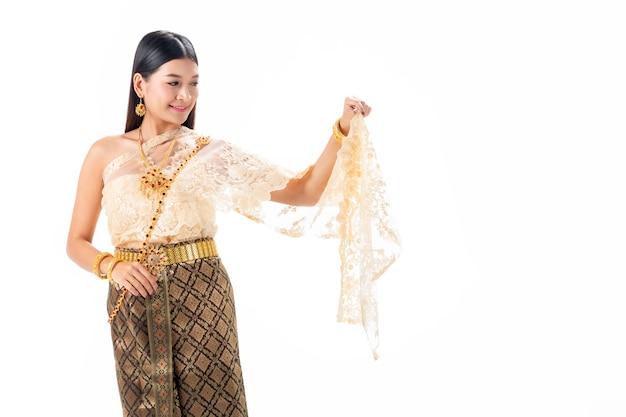 Schöne frau, die im nationalen traditionellen kostüm von thailand lächelt.