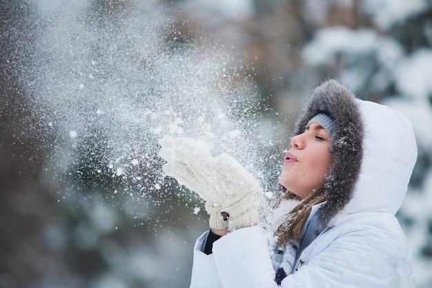 Schöne frau, die im schnee durchbrennt
