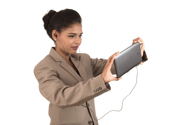 Schöne frau, die in einer videokonferenz online spricht, indem sie smartphone verwendet und zeichen zeigt