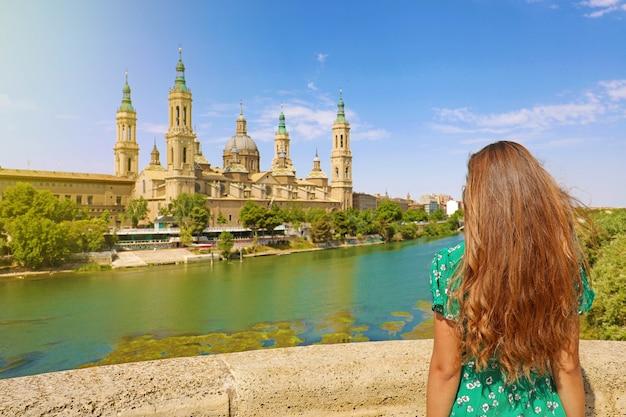 Schöne frau, die kathedrale basilika unserer lieben frau von der säule in saragossa, spanien betrachtet