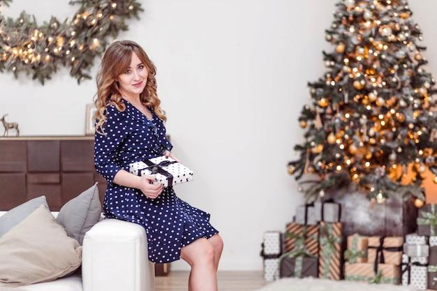 Schöne frau, die kleid für weihnachten trägt