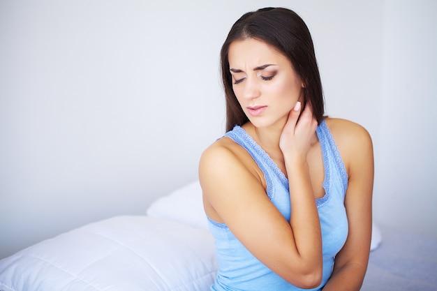 Schöne frau, die krank sich fühlt und kopfschmerzen, schmerzliche körperschmerz hat