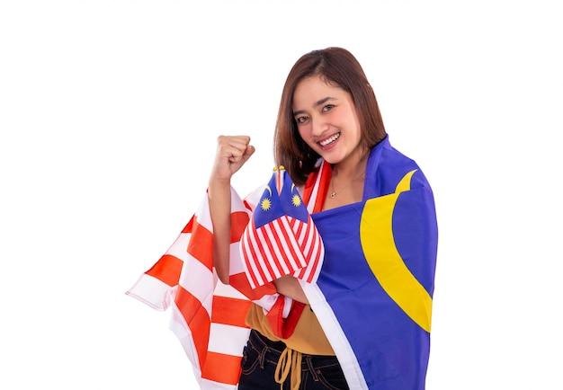 Schöne frau, die malaysia flagge hält