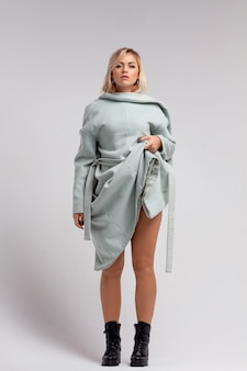 Schöne frau, die mantel von innen nach außen trägt