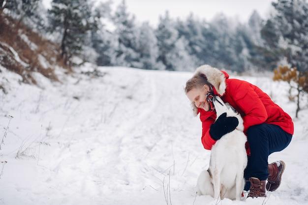 Schöne frau, die mit einem hund spielt