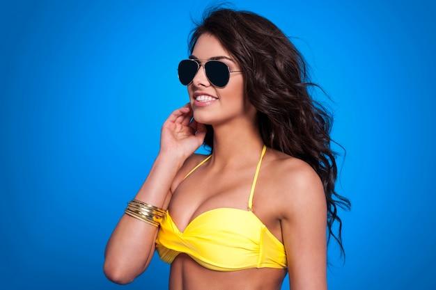 Schöne frau, die modebrille in der sommerzeit trägt